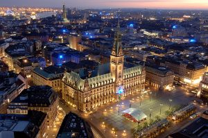 Hamburg ; Rathaus , Blue Goal ( von Michael Batz ) vom Turm der St. Petri Kirche Foto : Michael Zapf